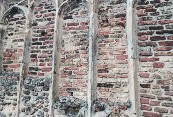 zamurowane okna dawnego kościoła