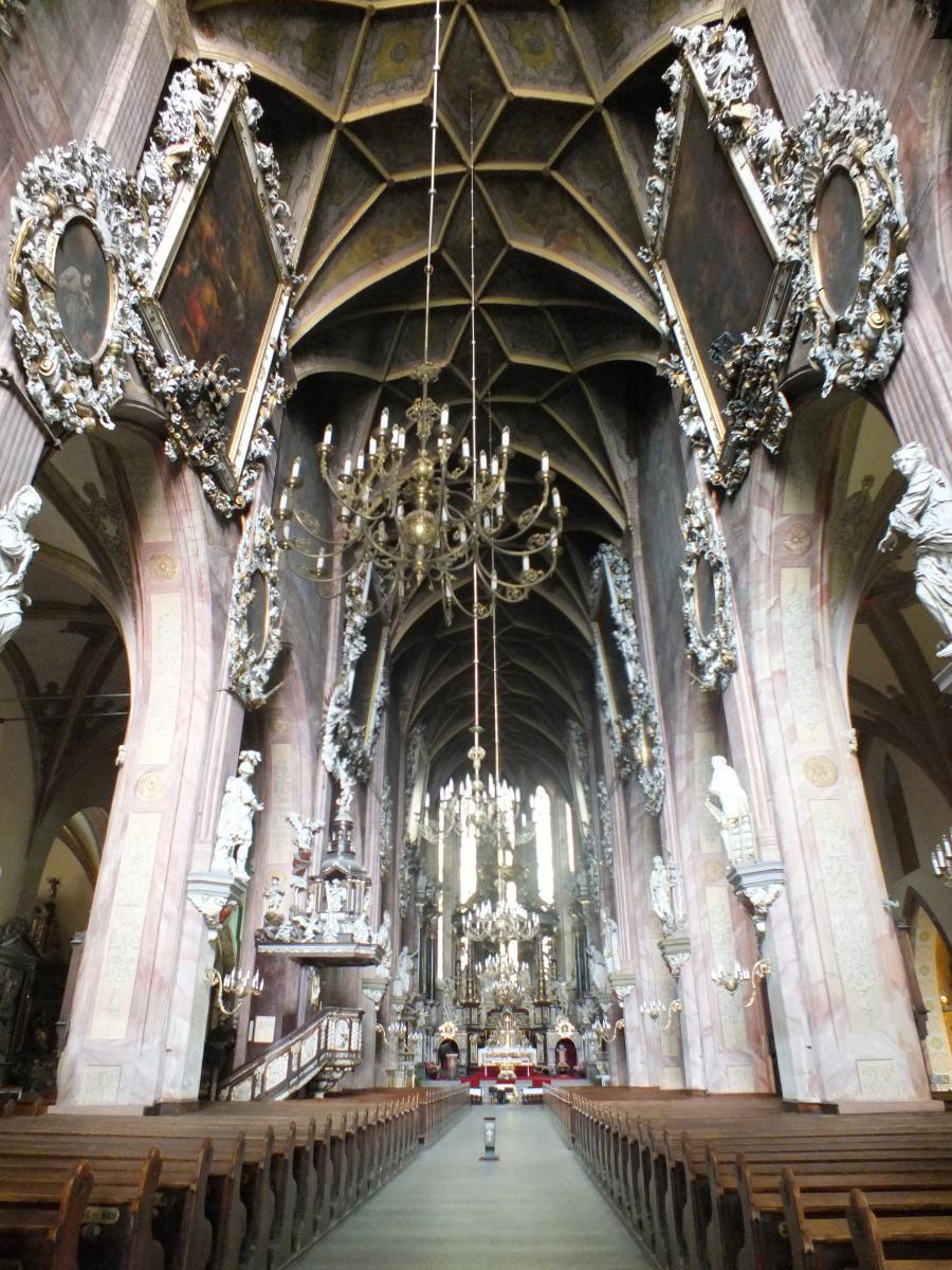 wnętrze katedry rzymskokatolickiej w Świdnicy