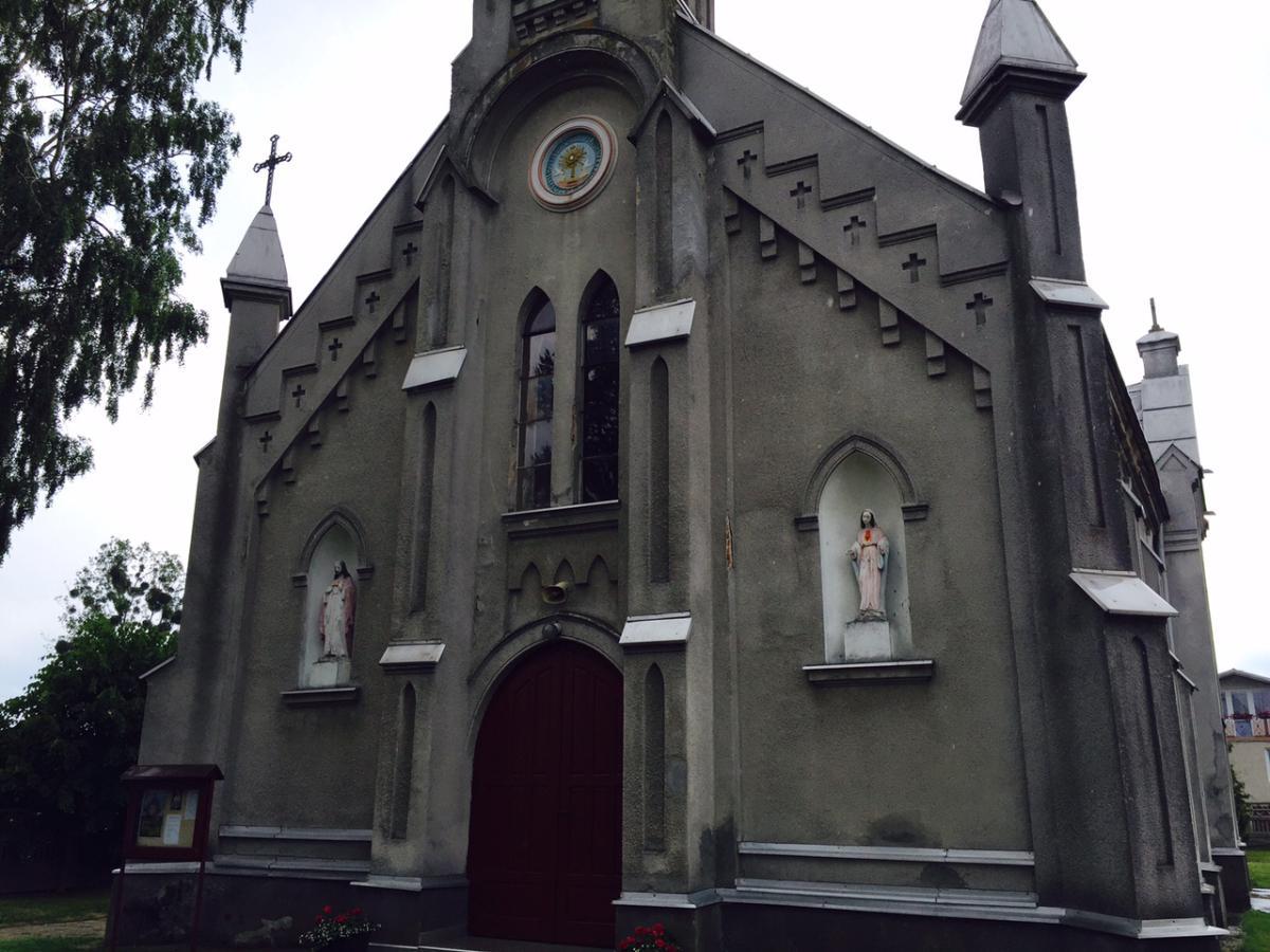 Front kościoła p.w. Podwyższenia Krzyża Świętego w Grzmiącej