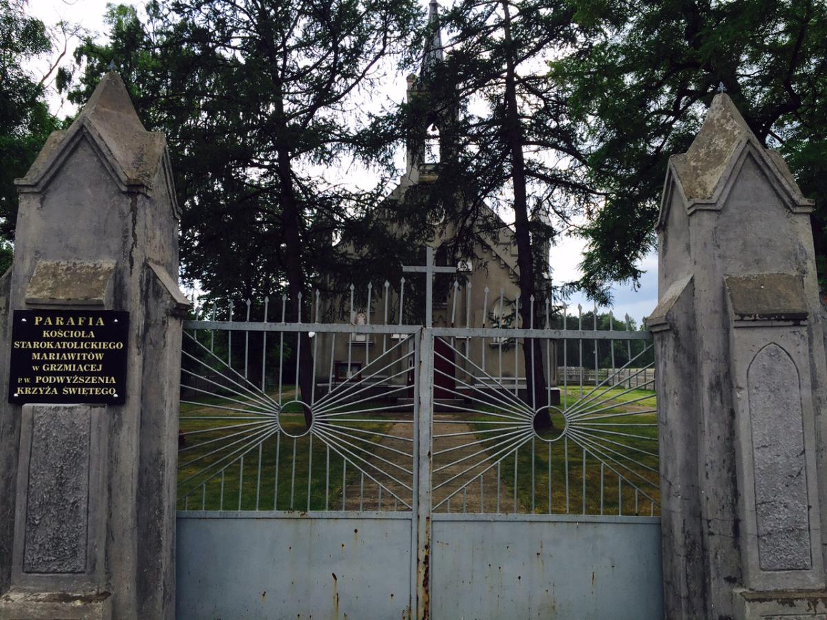 brama wejściowa do Parafii Kościoła Starokatolickiego Mariawitów w Grzmiącej p.w. Podwyższenia Krzyża Świętego