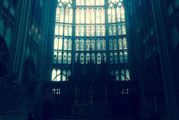 widok na główny ołtarz katedry w Gloucester