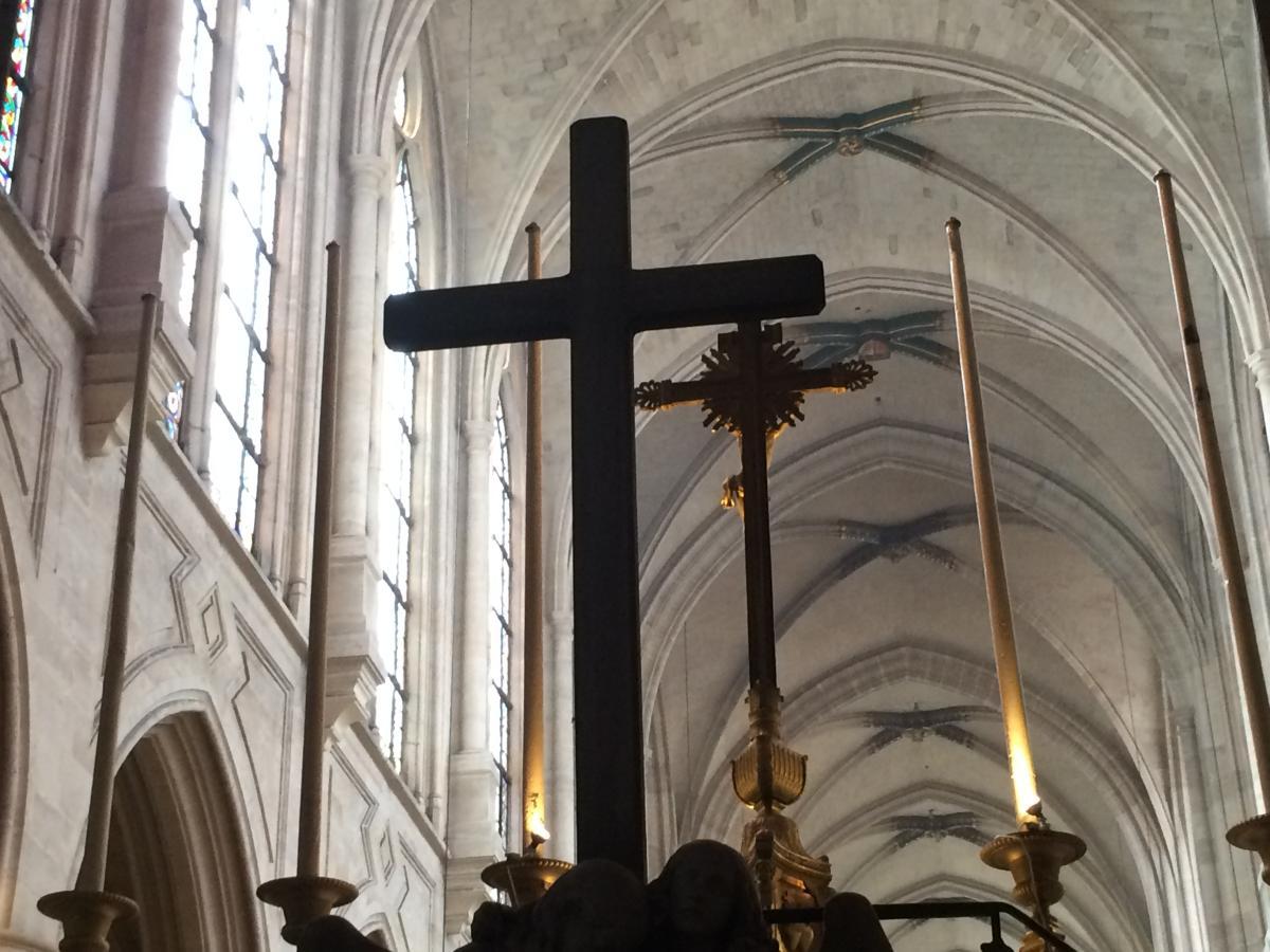 widok na krzyż ołtarzowy kościoła St. Germain w Paryżu