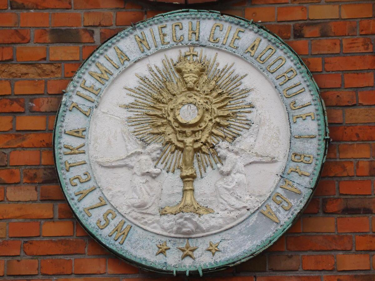 medalion mariawicki umieszczony nad wejściem do kościoła p.w. Przenajświętszego Sakramentu w Długiej Kościelnej (Halinów)
