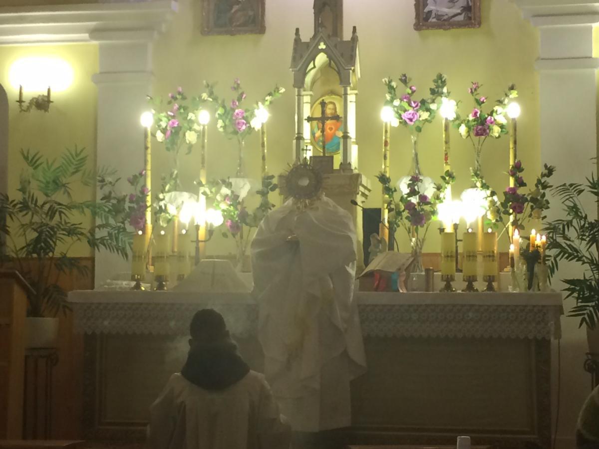 kapłan ludowy Zbigniew Milewski  podczas mszy świętej