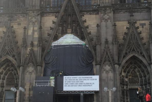 protest przeciwko ksenofobii na fasadzie katedry kolońskiej