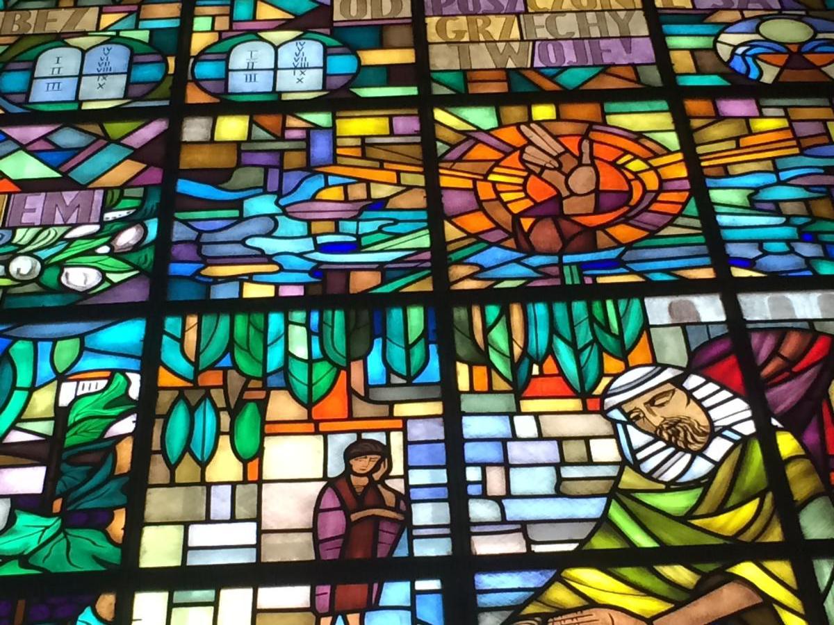 scena biblijna na witrażu w kościele ewangelicko-augsburskim Świętej Trójcy w Warszawie