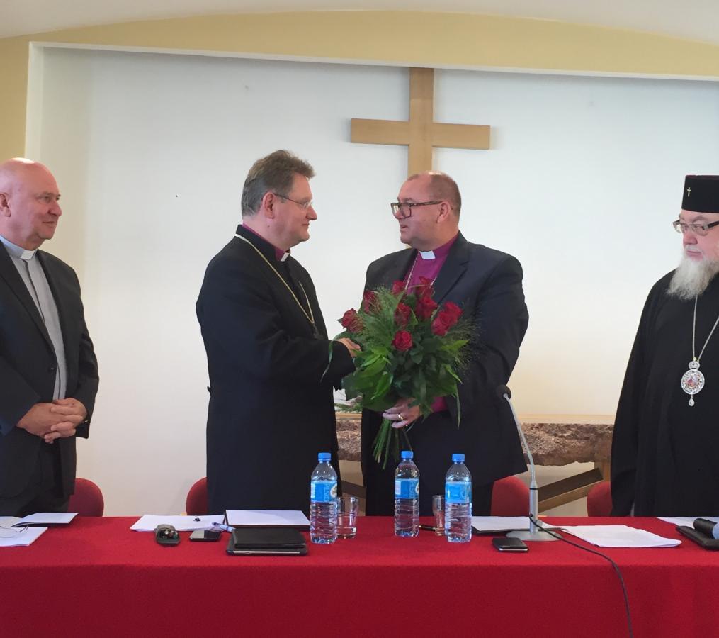 Bp Waldemar Pytel gratuluje bp. Jerzemu Samcowi wyboru na prezesa Polskiej Rady Ekumenicznej