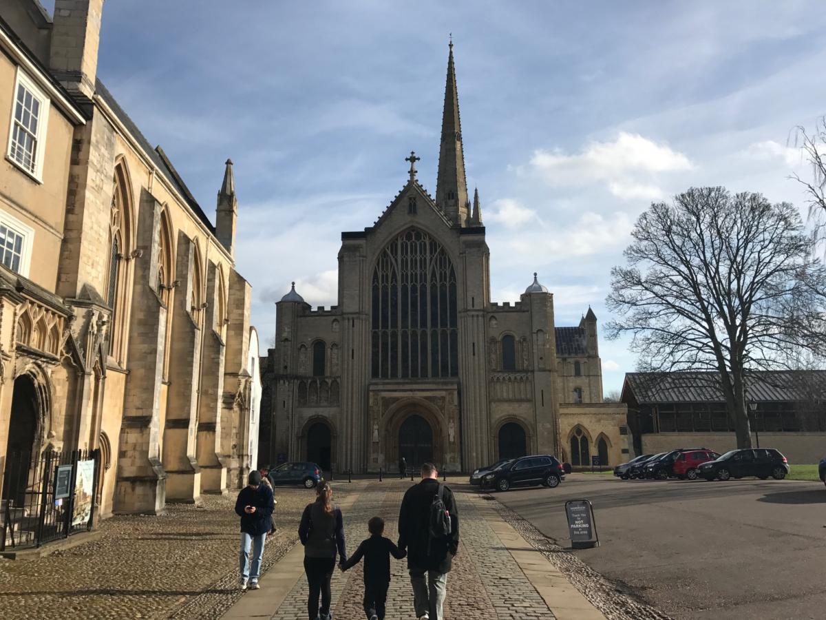 wierni zdążający na nabożeństwo do katedry w Norwich