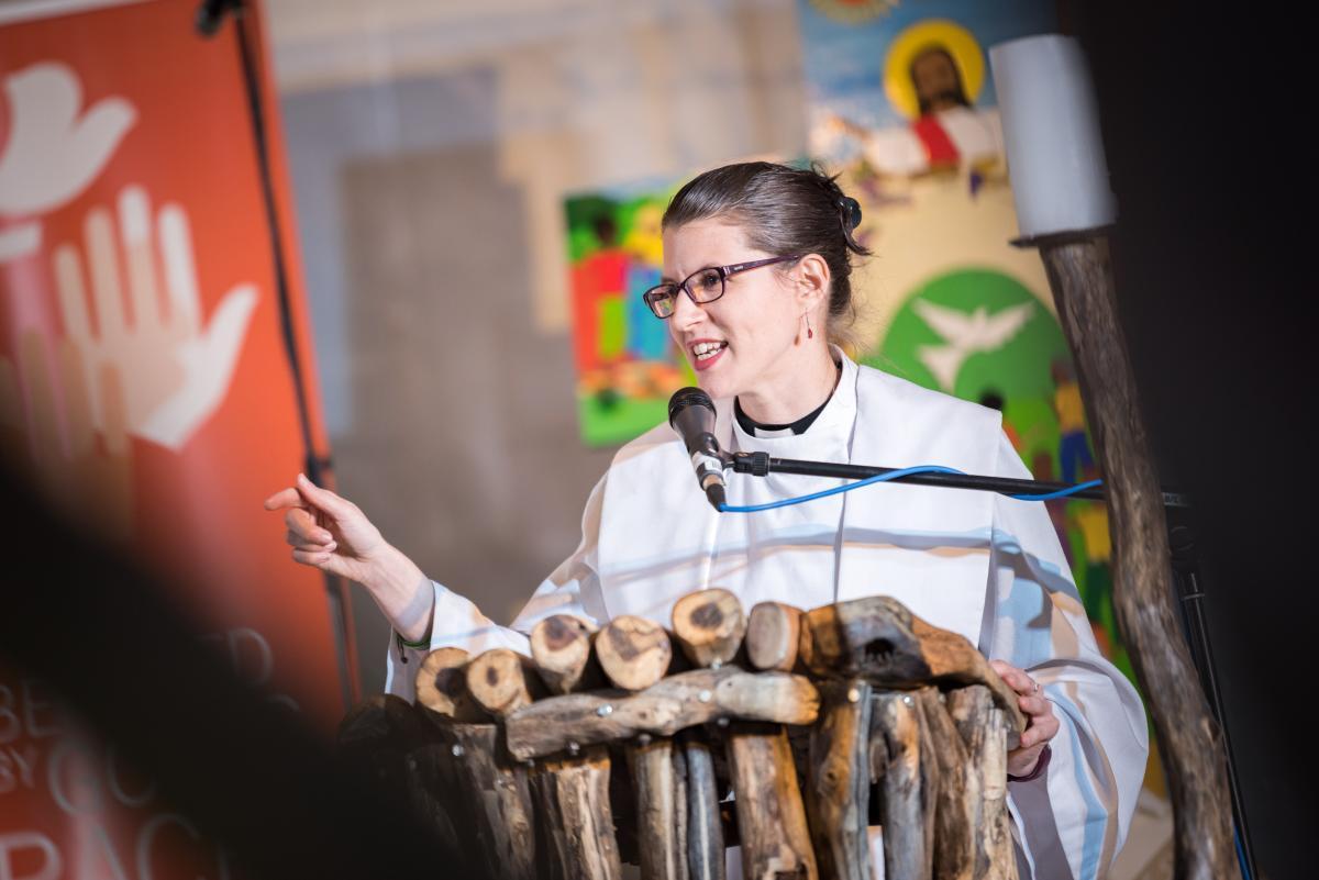 ks. Lydia Posselt z Kościoła Ewangelicko-Luterańskiego w Ameryce wygłasza kazanie na zakończenie 12. Zgromadzenia Ogólnego ŚFL