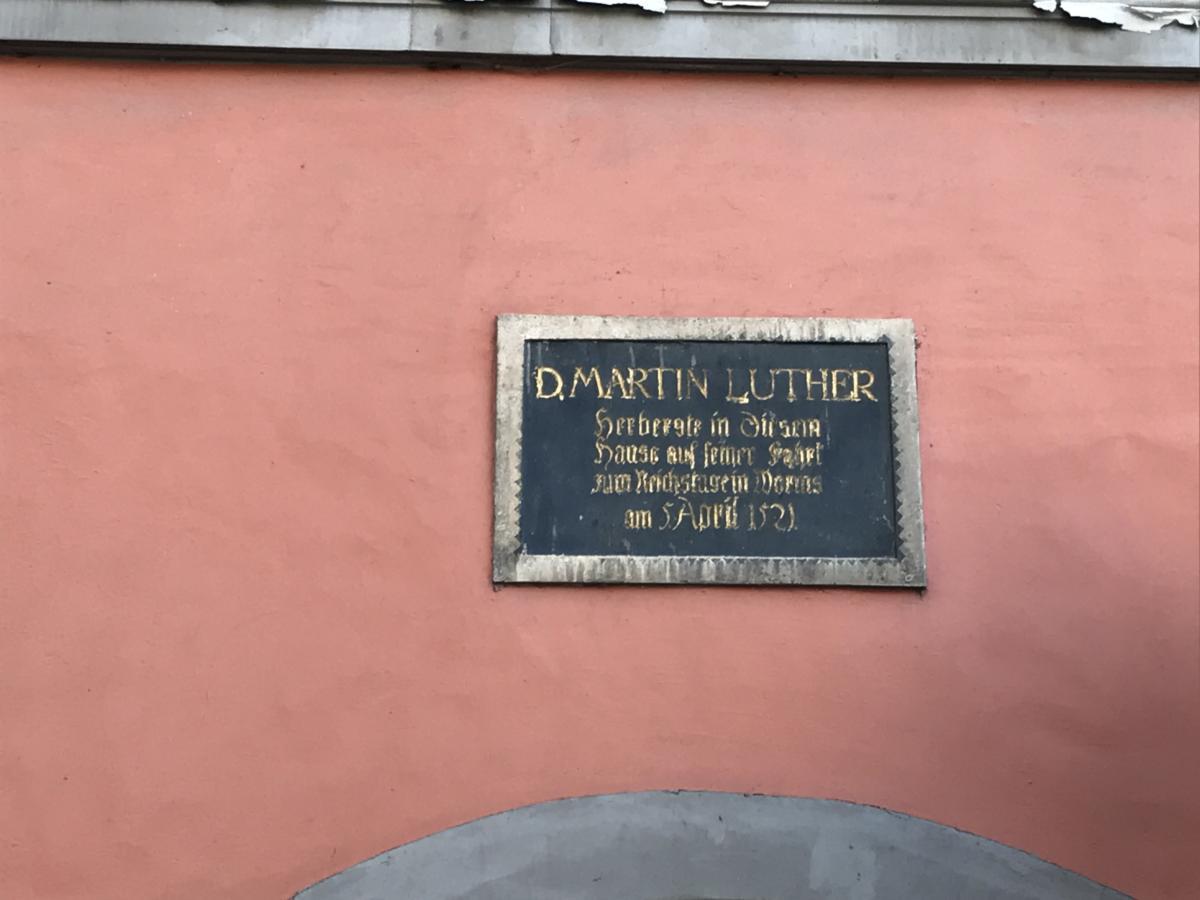tablica upamietanijaca wizytę Lutra w Halle