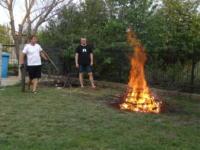 Pastorzy Waldek Malinowski i Adam Ciućka rozpalają ognisko
