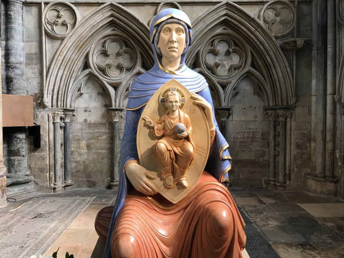 figura Matki Boże z Dzieciątkiem Jezus w katedrze anglikańskiej w Lincoln