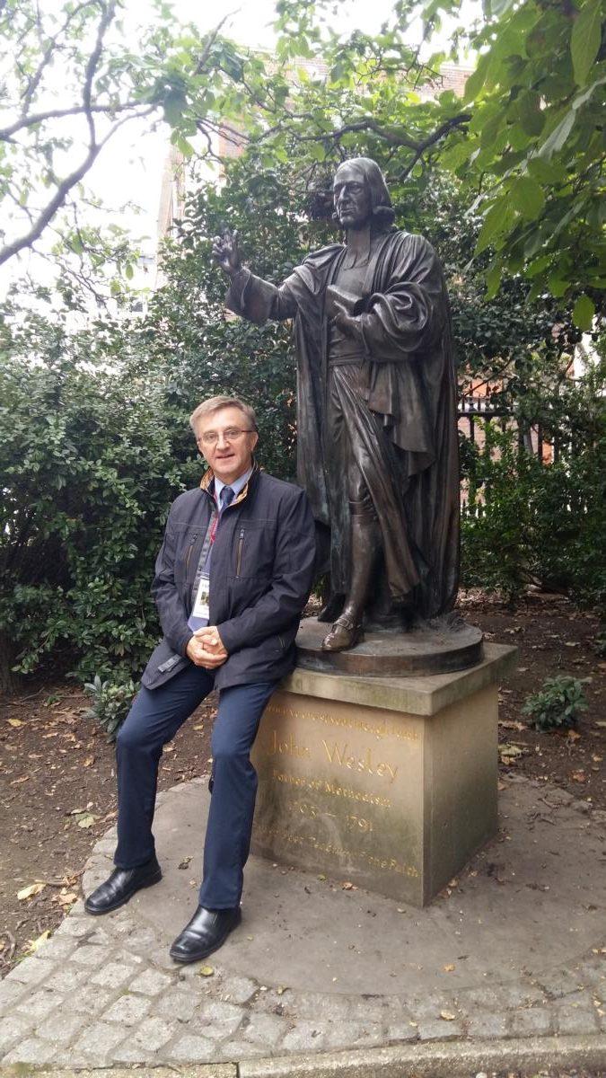 ks. sup. Andrzej Malicki przy pomniku Wesley'a znajdującym się przy wejściu  północnym katedry św. Pawła w Londynie