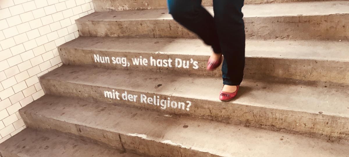 co sądzisz o religii? - napis na schodach na dworcu w Weimarze