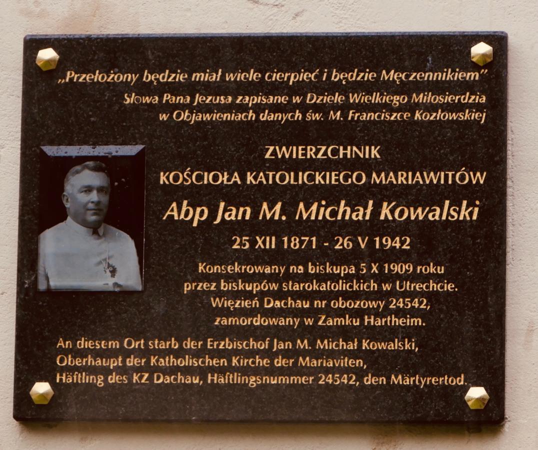 tablica upamiętniająca abp. M. Michała Kowalskiego