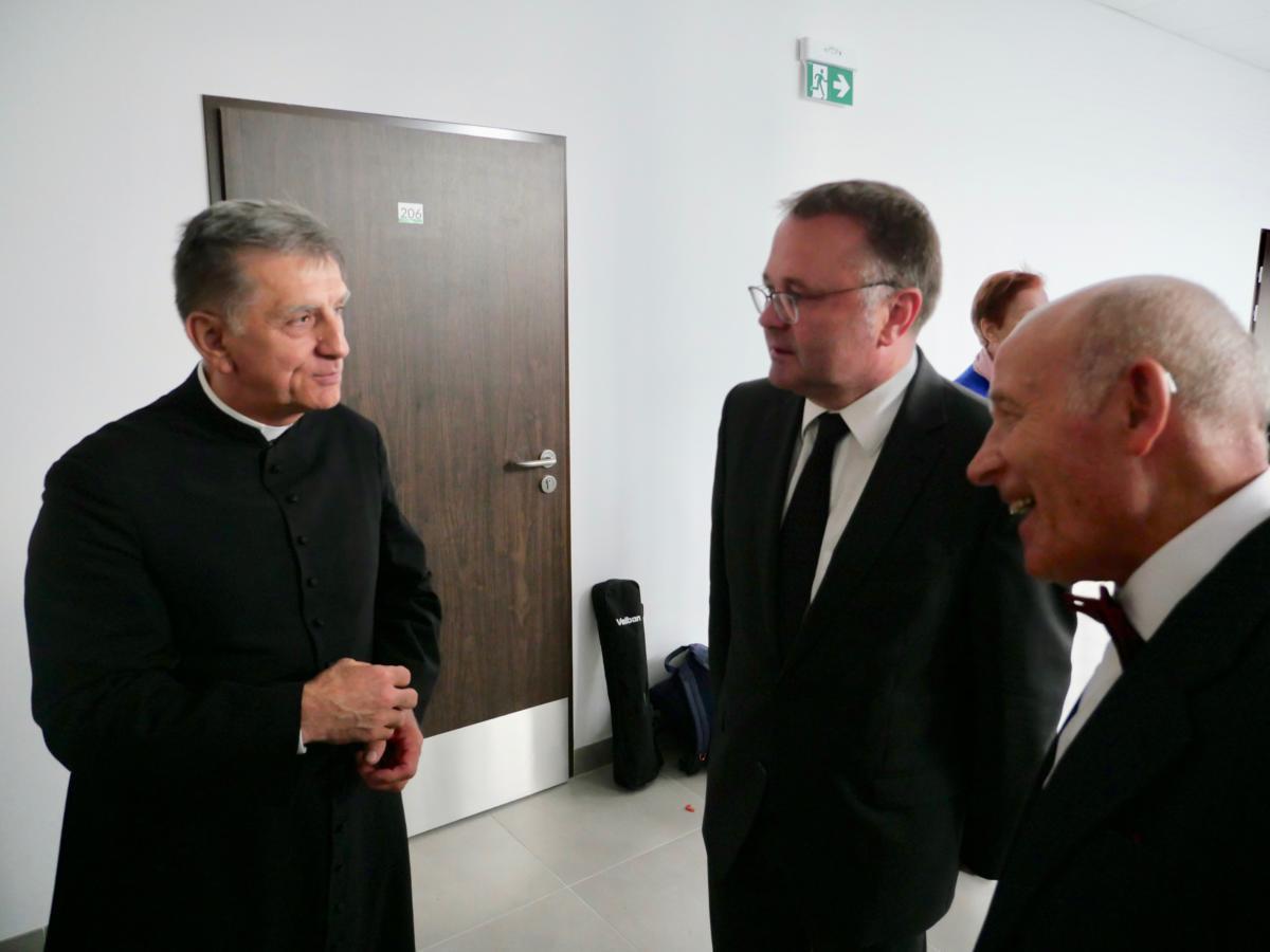 od lewej ks. dziekan Henryk Dąbrowski (przew. warszawskiego oddziału PRE), ks. prf. Bogusław Milerski (rektor ChAT) i Roman Michalak (prezes EUTW)