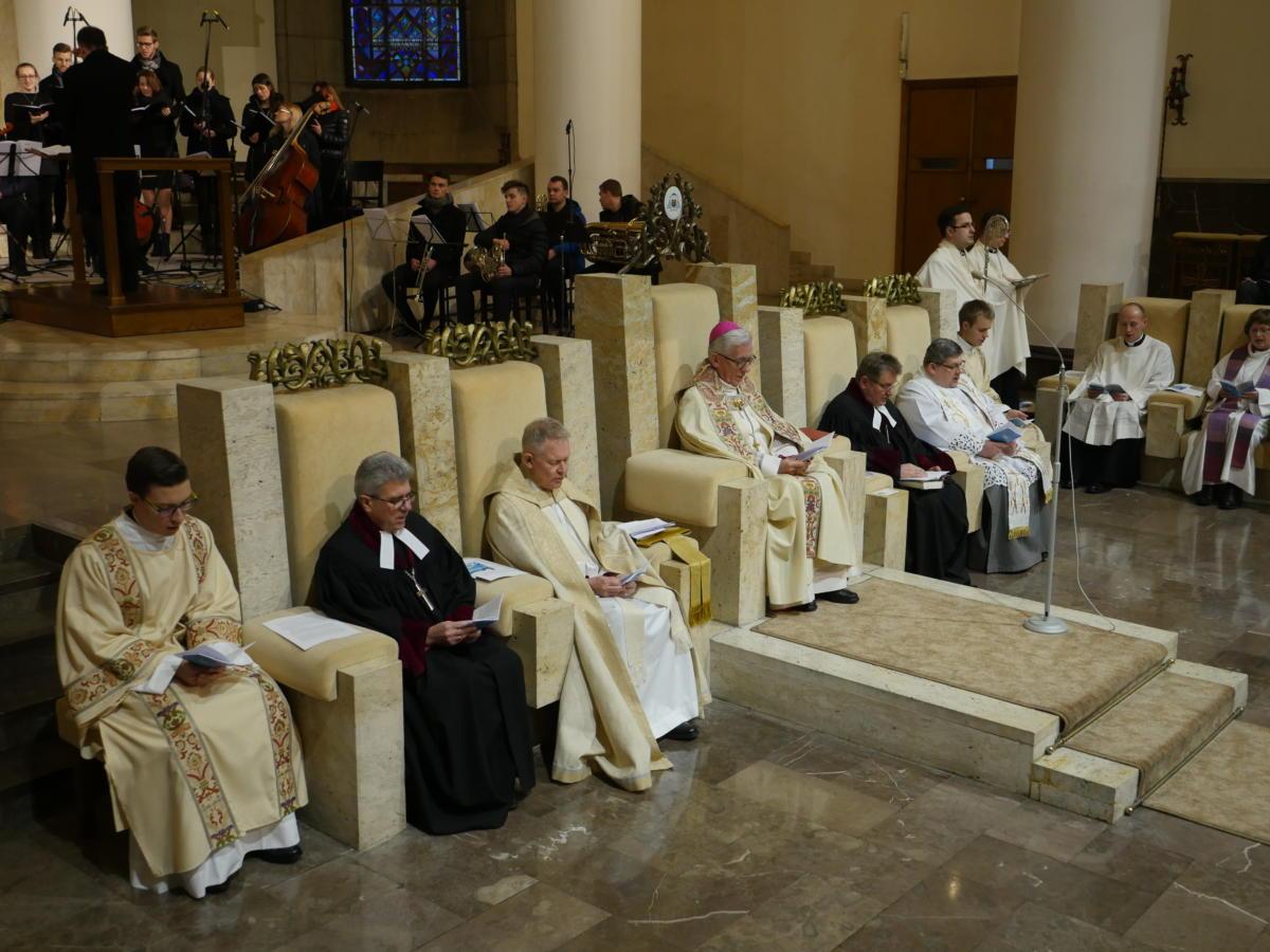 duchowni uczestniczący w nabożeństwie
