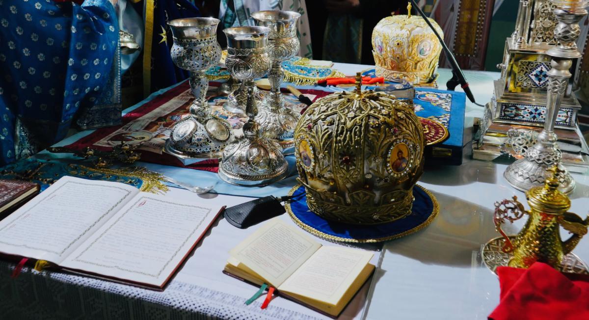 prestoł z mitrami biskupimi i naczyniami liturgicznymi