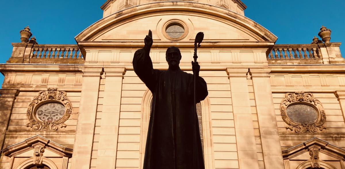 pomnik bpa Gore'a przed katedrą św. Filipa w Birmingham