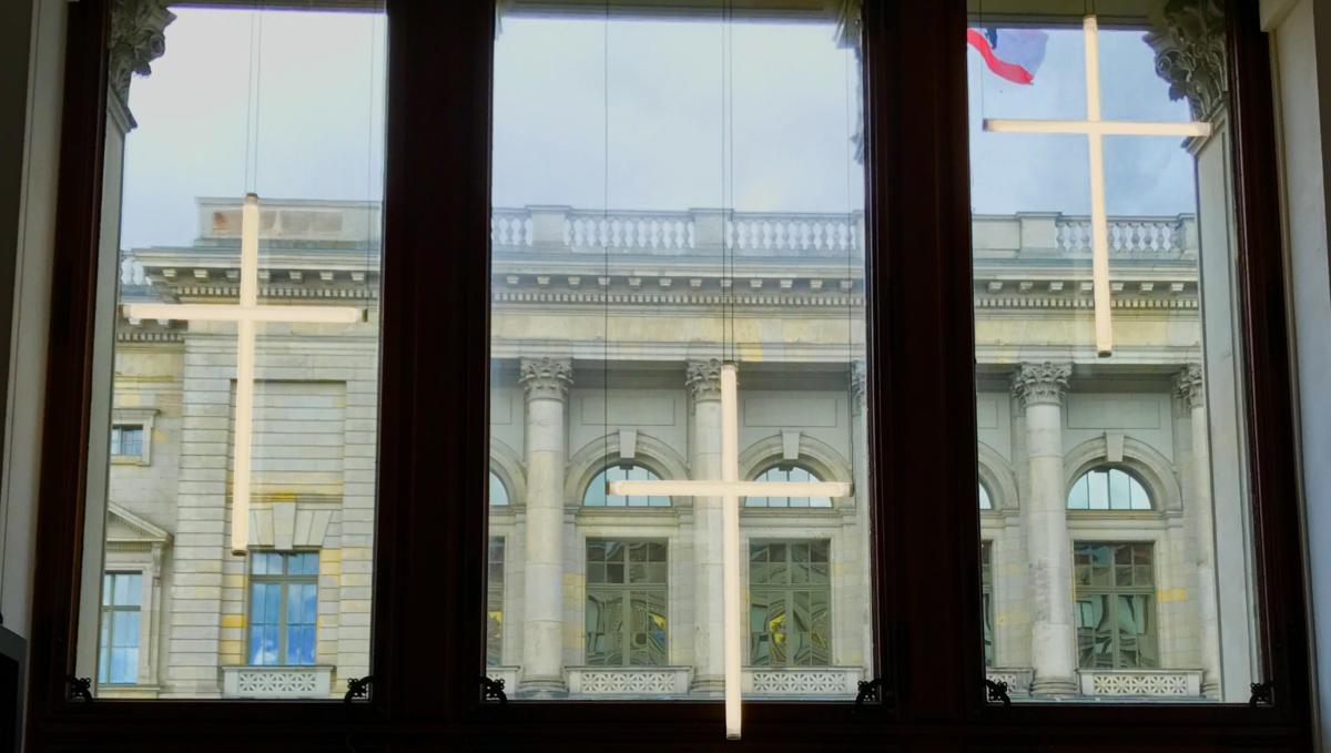 krzyże - w tle Bundesabgeordnetenhaus