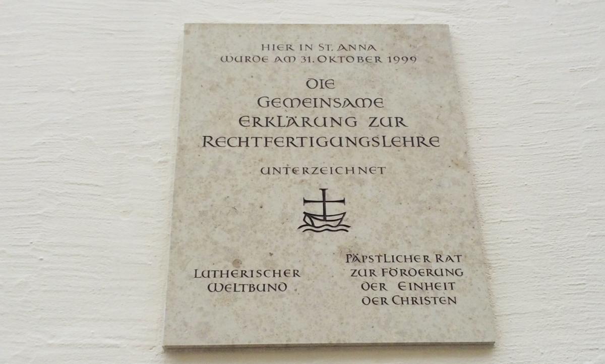 tablica na luterańskim kościele św. Anny w Augsburgu upamiętniająca podpisanie Wspólnej Deklaracji o Usprawiedliwieniu
