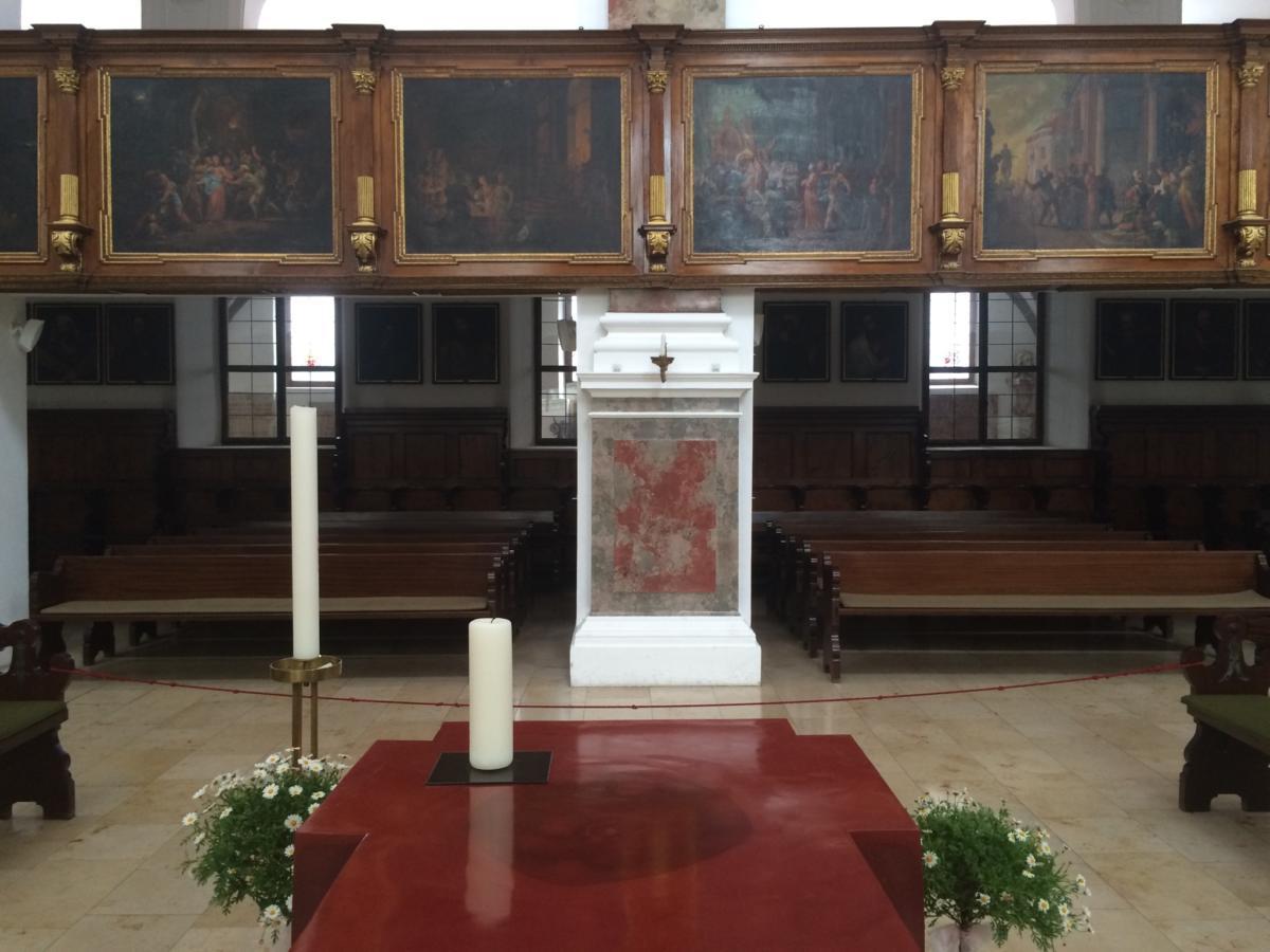 woskowy ołtarz w kształcie krzyża, w miejscu którego podpisywano w 1999 r. Wspólną Deklarację o Usprawiedliwieniu - ewangelicko-luterański kościół św. Anny w Augsburgu