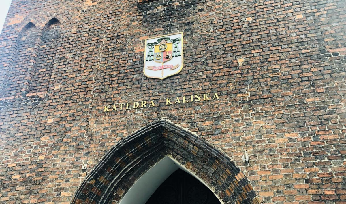 fasada rzymskokatolickiej katedry kaliskiej