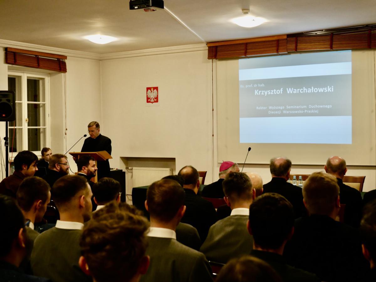 Zebranych powitał ks. prof. Krzysztof Warchałowski, rektor warszawsko-praskiego seminarium